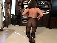 USA milf Stacy rubs her nyloned clit