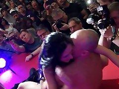 sesso sfrenato sul palco a una fjera erotika orgasmi e squirting a volontã