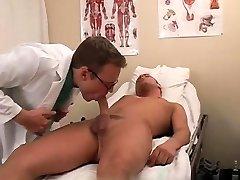 प्यारा युवा लड़कों कमबख्त अश्लील समलैंगिक डॉक्टर से दूर ले गया