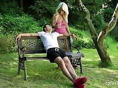 seksīga blondīne ar lieliem pupiem sprāga ārpus