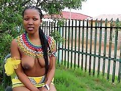āfrikas meitene ar lielām krūtīm
