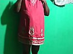 vroča indijanska mama, ki igra desi housea žena v živo, oddaja sama sebe
