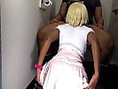 aizmugures perspektīvu jauno blonde moom adn teens amerikāņu dāma uz ceļgaliem, kas dod blowjob , lēnas kustības ar saspringto baltas sandales wedgie iekšpusē viņas sulīgās muca upskirt , publiskās atpūtas telpa diezgan soli māsa msnovember