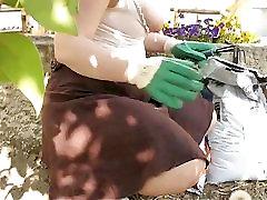 Naturalne młody busty żona migać na ogród