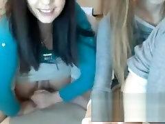 deux teens se font un plaisir solitaire devant la webcam