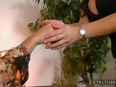 सुनहरे बालों वाली श्यामला बुत पैर बुत लेस्बियन