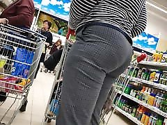 Gorgeous juicy ass mature mom in tight pants 2