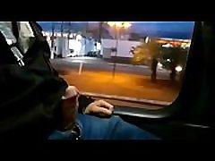 Exibindo no &ocircnibus Brincando com o piercingDick flash public bus