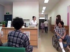 japāņu meiteni blakus gulta mīklas slimnīcā
