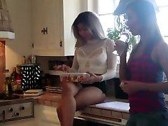 deux lesbiennes se touche sur la table de la cuisine