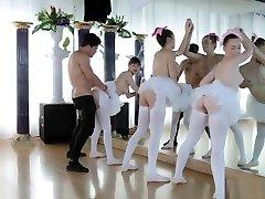 vroča milf zapeljuje najstnice in amaterske balerine v študentskem domu