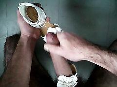 sperme sur sandale blanche