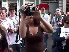 Mardi Gras Party Girls Flashing in pancut mani dalam mulut - SpringbreakLife