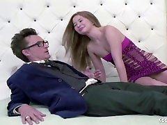Tochter schenkt Vater japan sex comamirika sexycom Hure zum Geburtstag und guckt einfach zu