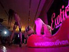 Orgía en el salon erotico de barcelona en el que un grupo de gente cachonda se pone a follar en publico a saco para excitarlos a todos