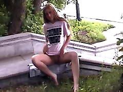 מרינה הצעירה אוהבת עירום בציבור, ואנחנו אוהבים את מרינה