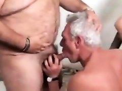 एक परिपक्व पिताजी के साथ खेल शौचालय