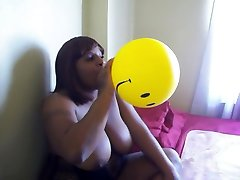 чернокожая smiley лицо воздушный шар дуть
