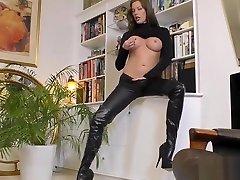 English bitch eats pussy