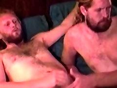ישר בוגר cuck wife sucks מושך ונותן מציצה חמה