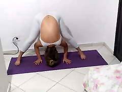 gravida de roupa transparente e colada nr. corpo fazendo joga