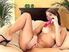 paula se deshabille et se caresse et se masturbe avec un sex toy