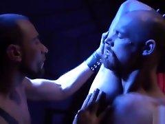 סלסול שרירים הומואי עם קומשוט אנאלי