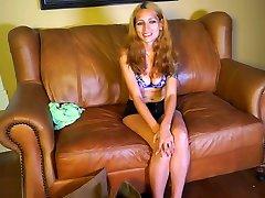 страстный dilettant мамуля получает голая на диване