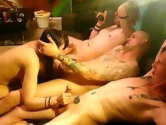 3 punk fantje dobili fafanje od alternativnega najstnika z barvnimi lasmi