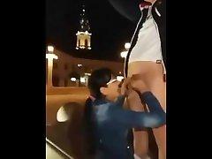 Romanca suge pula in public la statuie