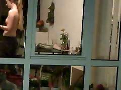 window piiluja: teen naaber näitab tema väiksed tissid