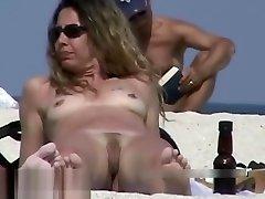סרטון מציצן בעירום על החוף