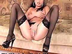 Seks v stegno visoke nogavice in stiletto petah