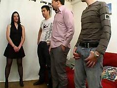 Francoski milf Amelie v nogavice gangbanged