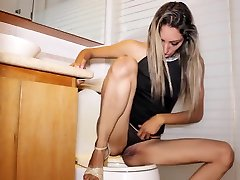 Pissing in Toilet High dirtygarden girls and Sexy Dress for Hot Date