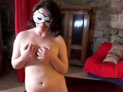 Apaļš 19yo cutie rāda viņas lielās krūtis un maksts apdari