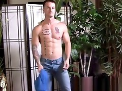 Gay cutie Quentin Gainz teases with muscles before jerk off