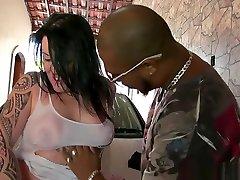 Gata tatuada chupando pau no lava car