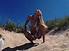 מסעות שתן-נערה נודיסטית רוסית סשה bikeeva משתין על חוף ציבורי doninos על גליסיה ספרד