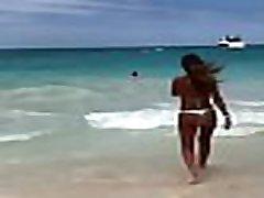 Jovencita 18 con tremendo culo en bikini en la playa