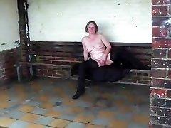 אשתו הזונה נאלצה להשתין בציבור