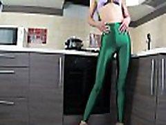krievu meitene saša bikeyeva-viņa & 039s viens meitene zaļā legingiem