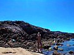 נודד בעירום נודיסט רוסי צעיר סשה bikeyeva על חוף הים הפראי