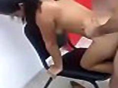 Novinha de quatro na cadeira é levado tapa