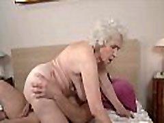 noormees kepib väga vana ema