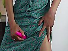 rusijos mergina sasha bikeyeva - žalia pražydo suknelė ir mažas violetinės cartoon barbie solo - sasha bikeyeva