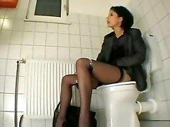 elle se ka bacha aunty fuck dans les toilettes