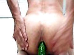 Recebendo pepino no cu