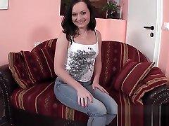 Teen zeigt ihre nasse Fotze