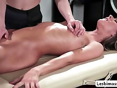 Masseuse Kasey makes her costumer squirt in the massage table